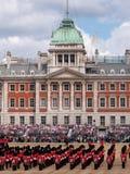 A ideia do agrupamento a parada militar da cor em protetores de cavalo desfila, Londres Reino Unido, com os soldados da divis?o d fotos de stock