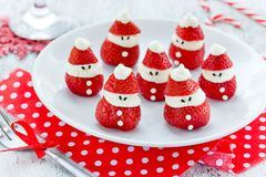 Ideia do alimento do divertimento do Natal - morango Santa Claus foto de stock royalty free