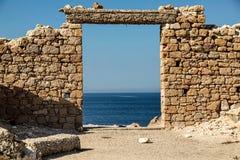Ideia do behaind cristalino da água as ruínas na ilha dos Milos fotos de stock royalty free