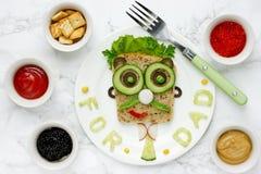 Ideia do café da manhã do dia do ` s do pai - sanduíche engraçado da cara do homem imagem de stock royalty free