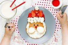 Ideia do café da manhã do Natal para panquecas de Papai Noel das crianças fotografia de stock royalty free