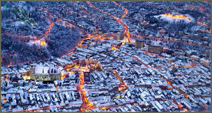 Ideia do centro em uma noite do inverno, parte superior de Brasov da montanha de Romênia Tampa Imagens de Stock
