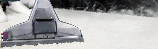 ideia do close-up da limpeza de vapor quente do tapete branco com vácuo profissional imagem de stock royalty free