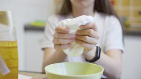 Ideia do close up das mãos da menina que espremem e que jogam com limo macio filme