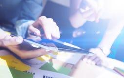 Ideia do close up das mãos fêmeas que guardam a tabuleta digital e tela tocante Executivos do conceito que trabalham com móbil fotografia de stock
