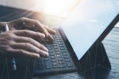 Ideia do close-up das mãos masculinas que datilografam na estação eletrônica da teclado-doca da tabuleta Homem de negócios que tr fotos de stock