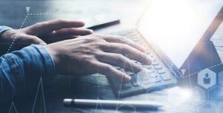 Ideia do close-up das mãos masculinas que datilografam na estação eletrônica da teclado-doca da tabuleta Homem de negócios que tr imagens de stock