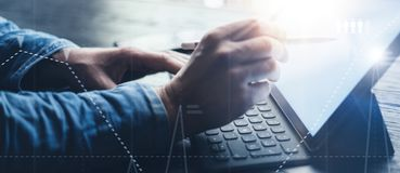 Ideia do close-up das mãos masculinas que datilografam na estação eletrônica da teclado-doca da tabuleta Homem de negócios que tr fotos de stock royalty free