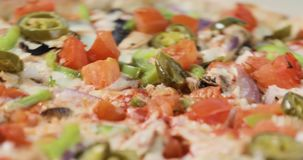 Ideia do close-up de girar a pizza saboroso com bacon e vegetais video estoque