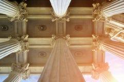 Ideia do close up de partes superiores da colunata e o teto da catedral famosa de Kazan em St Petersburg, Rússia Imagem de Stock