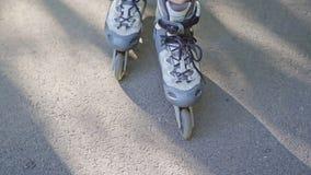 Ideia do close-up dos pés fêmeas nas lâminas do rolo filme