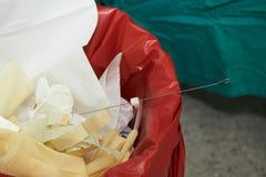 Ideia do close-up do lixo cir?rgico na sala de opera??es imagens de stock