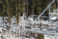 Ideia do close-up do mecanismo moderno do reboque de esqui com espia metálica e os equipamentos de giro Imagens de Stock Royalty Free
