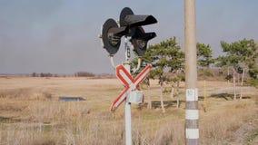 Ideia do cruzamento de estrada de ferro com sinais de piscamento video estoque