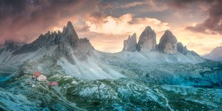 Ideia do cume da montanha da opinião Drei Zinnen ou Tre Cime di Lavaredo, Tirol sul, cumes de Italien das dolomites imagens de stock royalty free