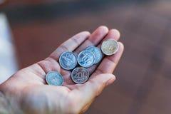 Ideia do dólar de Cingapura, a vista das moedas de prata em Singapura à mão fotografia de stock