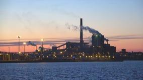 Ideia do ` de Sunila do ` da polpa e do moinho de papel no crepúsculo de junho Kotka, Finlandia video estoque