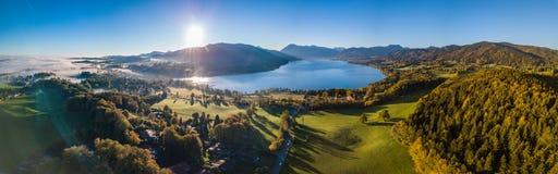 Ideia do ` de Tegernsee do ` do lago nos cumes de Baviera imagem de stock
