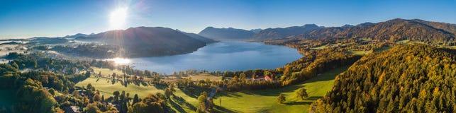 Ideia do ` de Tegernsee do ` do lago nos cumes de Baviera, panorama aéreo imagens de stock royalty free