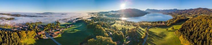 Ideia do ` de Tegernsee do ` do lago nos cumes da antena do panorama de Baviera imagens de stock royalty free