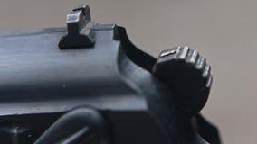Ideia do detalhe da arma e do tiro da terra arrendada do atirador Macro extremo filme