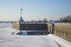 Ideia do dia ensolarado de fevereiro do bastião de Naryshkin Fortaleza de Peter e de Paul St Petersburg Imagens de Stock Royalty Free