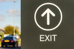 Ideia do dia do logotipo direcional do sinal da saída no parque Northampton Reino Unido do retalho do beira-rio Fotos de Stock