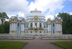 Ideia do dia nebuloso de julho do eremitério do pavilhão Tsarskoye Selo Imagens de Stock Royalty Free
