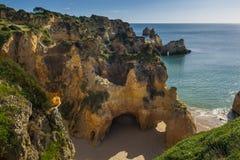 Ideia do dos cênico Tres Irmaos do Praia em Alvor, o Algarve, Portugal Foto de Stock