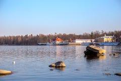 Ideia do horizonte do Golfo da Finl?ndia com uma mans?o em uma ilha pequena no museu de Peterhof Dia ensolarado da mola St Peters imagens de stock royalty free