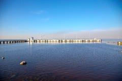 Ideia do horizonte do Golfo da Finl?ndia com uma mans?o em uma ilha pequena no museu de Peterhof Dia ensolarado da mola St Peters imagem de stock royalty free