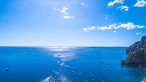 Ideia do horizonte, o mar, o oceano rochas e montanhas, barcos e navios, recreação e feriados em Europa, Itália Lugar para fotos de stock
