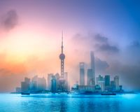 Ideia do nascer do sol da skyline de Shanghai com luz do sol Imagens de Stock