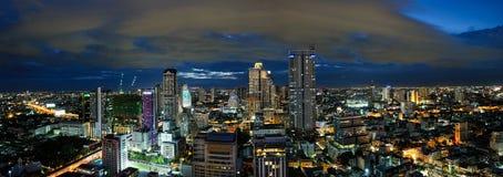 Ideia do panorama da arquitetura da cidade na noite, Tailândia de Banguecoque imagem de stock