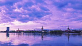 Ideia do panorama da noite Riga latvia imagem de stock