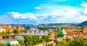 Ideia do panorama da skyline de Praga com ponte de Charles e rio de Vltava foto de stock royalty free