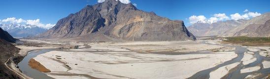 Ideia do panorama do rio de Shigar e da escala de Karakorum foto de stock