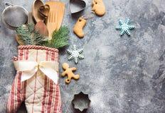 Ideia do papel de embrulho do Natal com luva do forno, utensílios da cozinha e cookies Foto de Stock Royalty Free