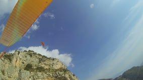 A ideia do parapente da pessoa no céu, apreciando o extremo ostenta a atividade em férias vídeos de arquivo