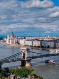 Ideia do parlamento húngaro em Danube River na cidade de Budapest, Hungria fotos de stock