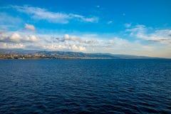 A ideia do passo de Messina conectou o mar mediterrâneo e Tyrrhenian e da ilha de Sicilia fundo da balsa, Itália foto de stock