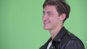 Ideia do perfil do close up do sorriso rebelde novo feliz do homem video estoque