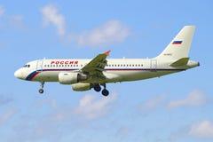 A ideia do perfil de um Airbus de voo A319-111 (VQ-BAU) da linha aérea Rússia Imagem de Stock