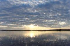 A ideia do por do sol dourado no rio com nuvens e no Sun refletiu nela, Volga, Rússia Imagens de Stock