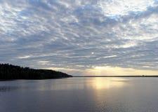 A ideia do por do sol dourado no rio com nuvens e no Sun refletiu nela, Volga, Rússia Foto de Stock
