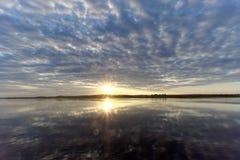 A ideia do por do sol dourado no rio com nuvens e no Sun refletiu nela, Volga, Rússia Fotografia de Stock Royalty Free