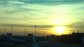 ideia do por do sol 4K da espera do avião no aeroporto internacional de Amsterdão Schiphol filme