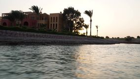 Ideia do por do sol nos canais da água da cidade A câmera remove do barco movente video estoque