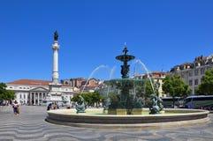 Ideia do quadrado de Rossio com os turistas que andam por, na baixa do pombaline da cidade de Lisboa, Portugal Foto de Stock Royalty Free