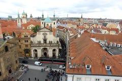 Ideia do quadrado dos cavaleiros dos telhados da cruz, da Praga e de torres vermelhos Fotografia de Stock